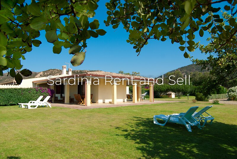 Chia, 6 posti letto, aria condizionata, ampio giardino, holiday rental in Chia