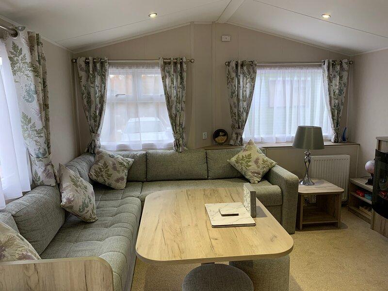 very comfortable livingroom/ dining room