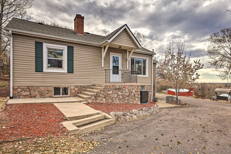NEW! Arvada Home w/ Mtn Views - 1 Mi to Old Town!, vacation rental in Arvada