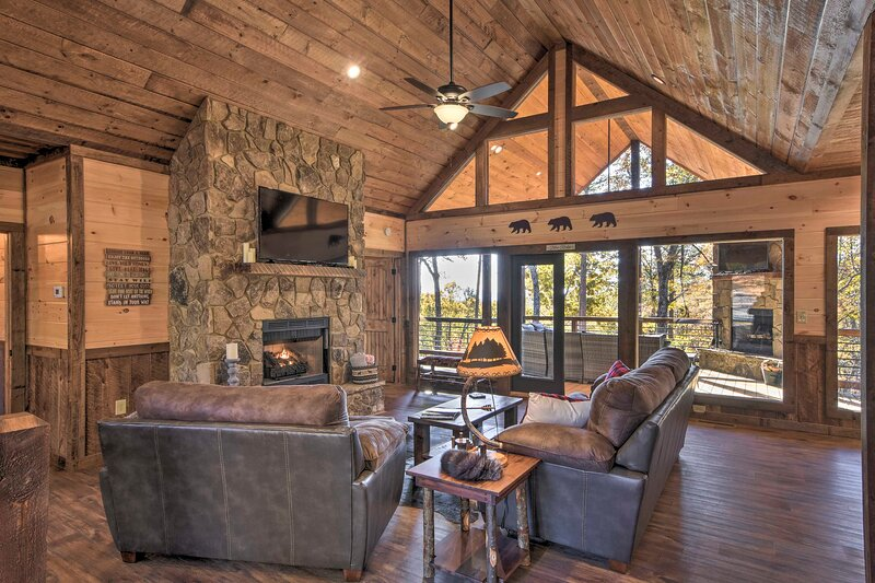 Luxury Cabin w/ 3 Fireplaces, Mtn Views & Hot Tub!, holiday rental in Culberson