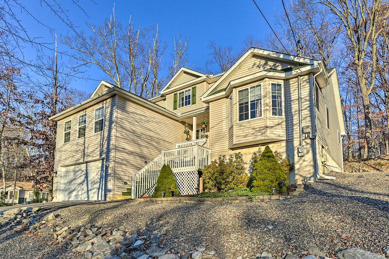 5-Star Roomy + Tranquil Pocono Home ~ Hike + Ski!, location de vacances à Bushkill