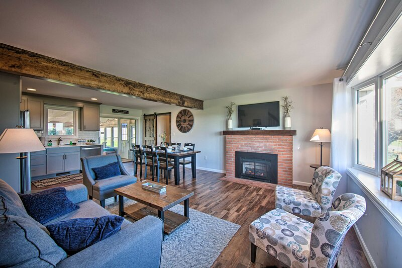 Family Home w/Sunroom & Hot Tub, 12mi to Lancaster, holiday rental in Ronks
