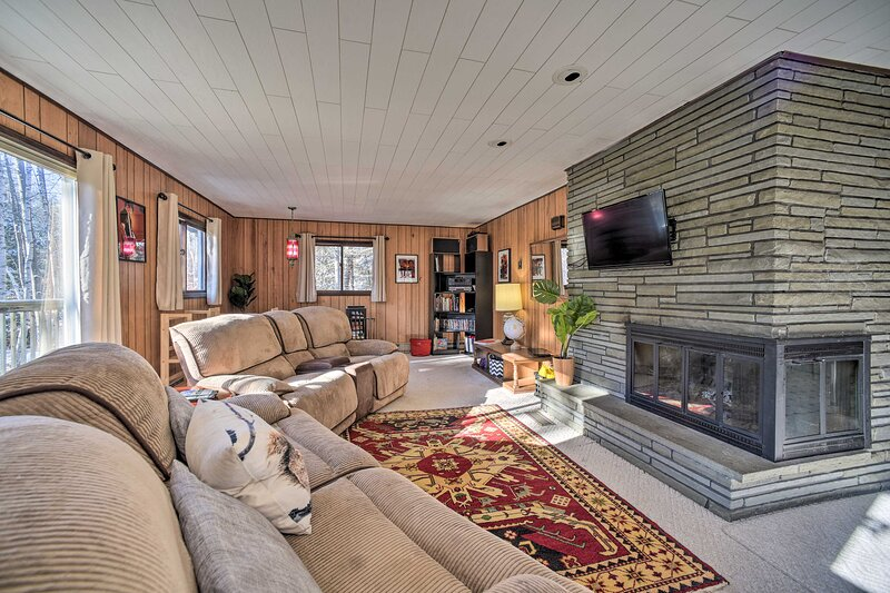 NEW! Cozy Mtn Cabin w/ Fire Pit & Game Room!, holiday rental in Indian Lake