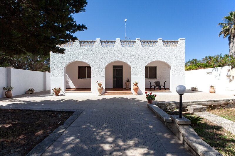 Villa spiagge bella Lecce vasca riscaldata m700, location de vacances à Casalabate