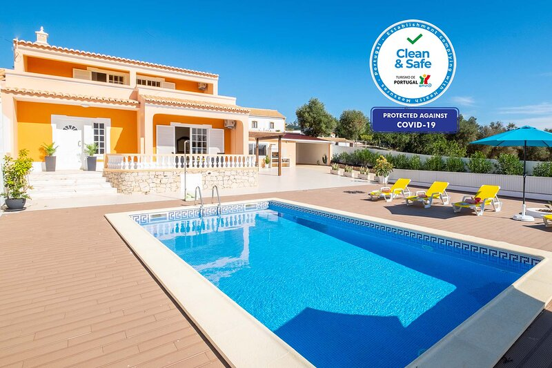 OUSTANDING VILLA W/ PRIVATE POOL, FREE WIFI, BBQ.., holiday rental in Patroves