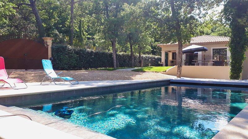 Villa avec piscine privée et vue sur le village de Faucon, holiday rental in Puymeras