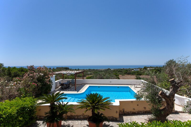 Tipica villa fantastica vista mare e piscina m600, holiday rental in Torre Pali
