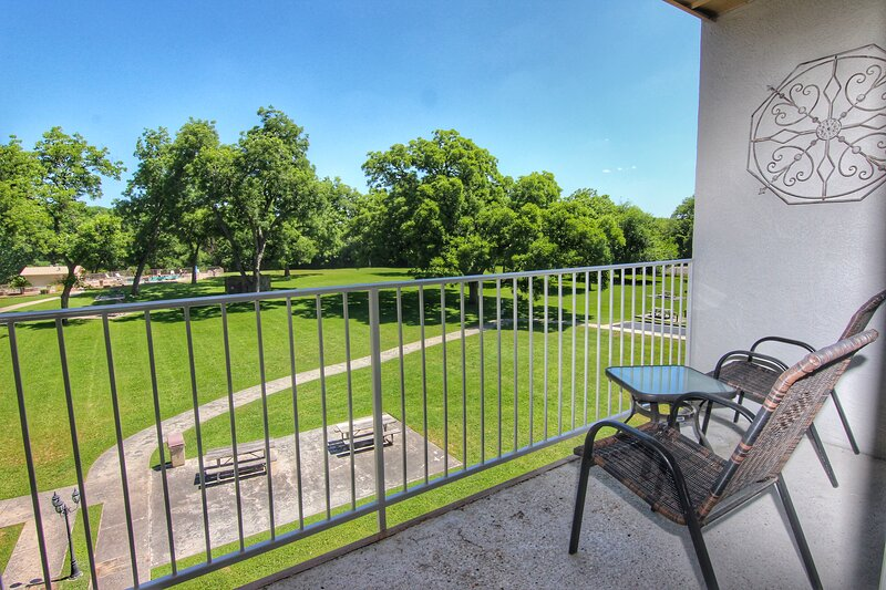 Beyond the River - 4BDR/3BTH- Sleeps 10- Two-Story Unit!, holiday rental in New Braunfels