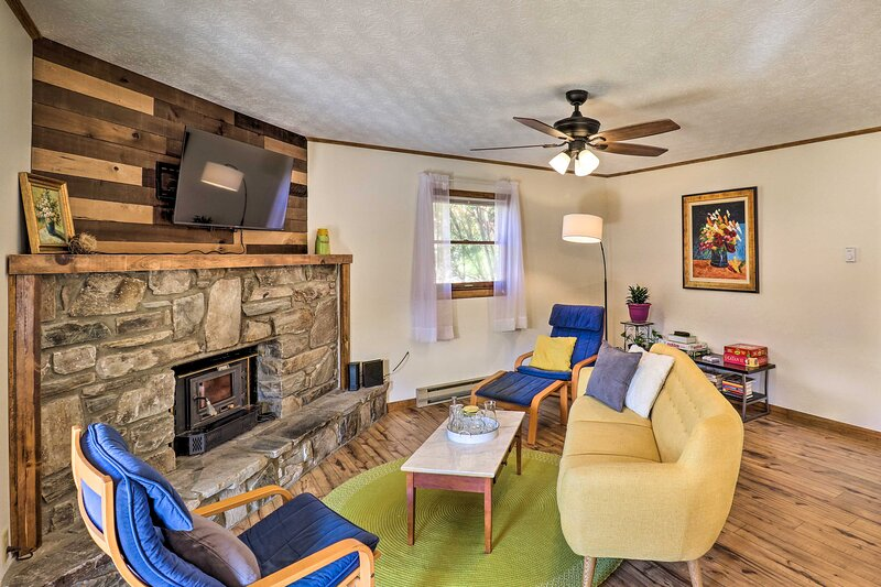 NEW! Quaint Maggie Valley Cabin w/ Mountain Views!, vacation rental in Maggie Valley