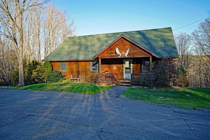 Lazy Bear Lodge ~ Mountain Views ~ Pool Table, location de vacances à Wellsboro
