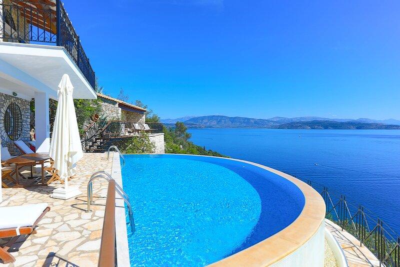 House on the Rocks: Stunning views, Luxury, amazing private pool, alquiler de vacaciones en Katavolos