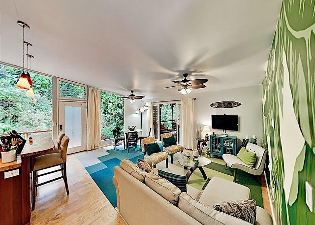 Tranquil Island Getaway | Modern Interior, Covered Lanai | Walk to Beach, alquiler de vacaciones en Kaimu