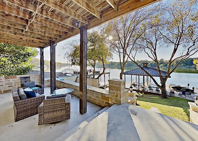 Opulent Waterfront Home | Boat Dock, Hot Tub & Fire Pit | Stunning River View, alquiler vacacional en Burnet