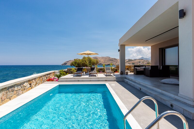 Ethereal villa, Seafront Villa, walking distance to the beach and shops, holiday rental in Panormos