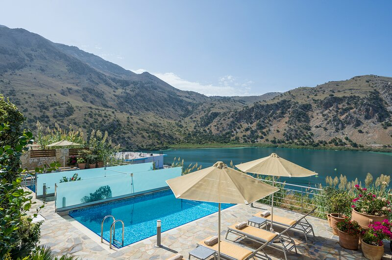 BLUEFAIRY VILLA REA WITH LOVELY LAKE VIEW, alquiler vacacional en Kournas