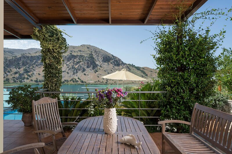 BLUEFAIRY VILLA DAFNI WITH LOVELY LAKE VIEW, alquiler vacacional en Kournas