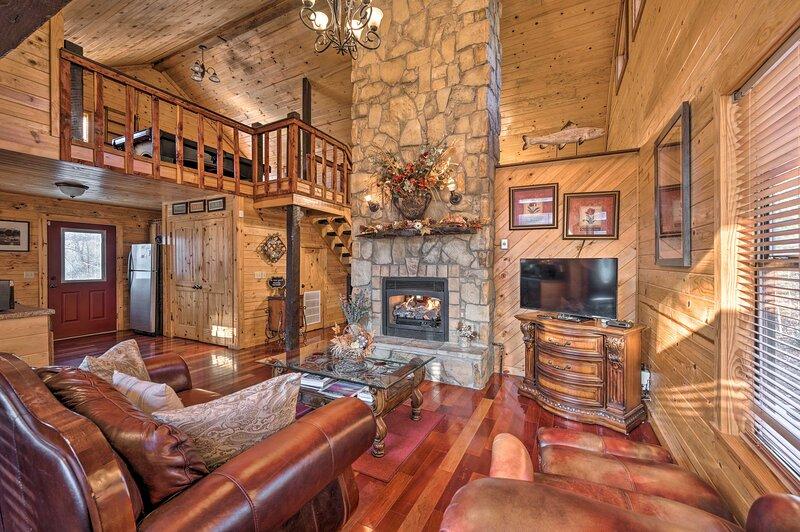 NEW! Romantic Retreat w/ Hot Tub, Deck & Fire Pit!, Ferienwohnung in Hochatown