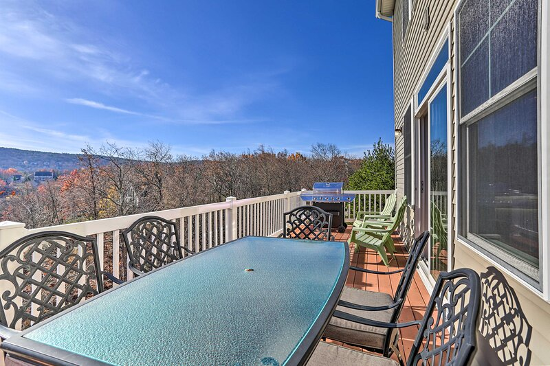 NEW! Slopeside Townhome: Ski, Hike, Dine & More!, holiday rental in Pocono Manor
