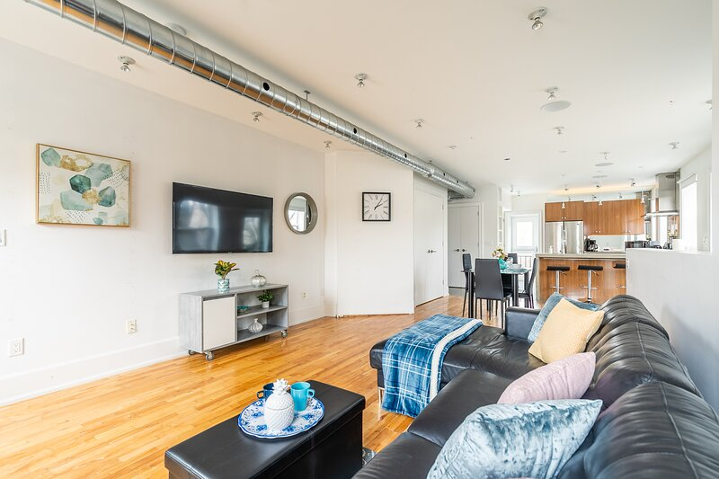 Stylish and Modern 2BR Loft - Steps from Queen Street!, holiday rental in Toronto