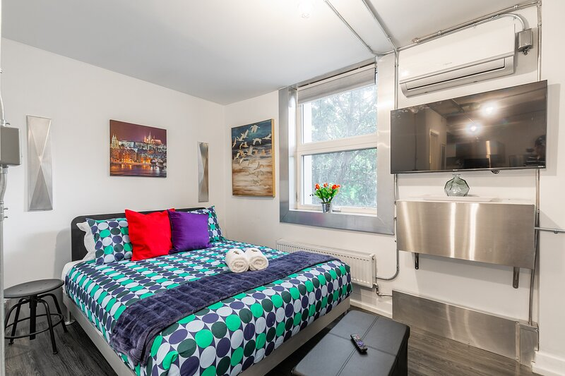 BRAND NEW - Upscale Studio with Balcony - Byward Market!, location de vacances à Gatineau