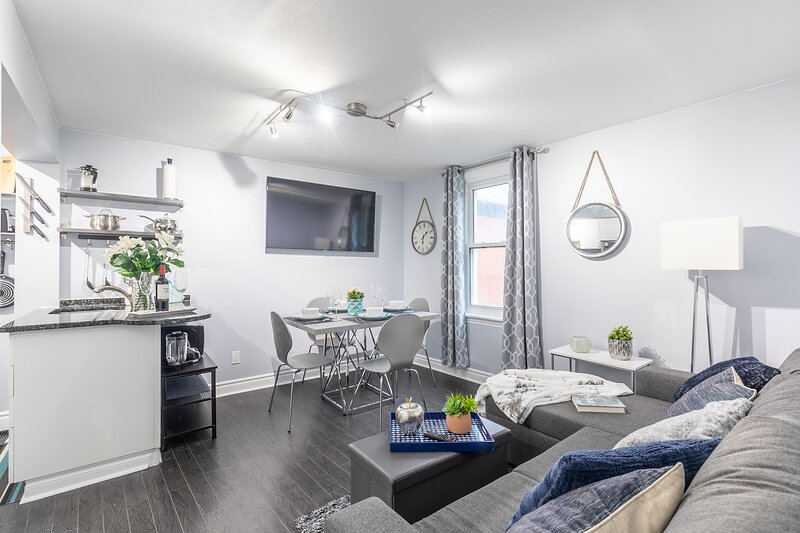 Newly Renovated - Upscale 2BR - Steps to Little Italy!, location de vacances à Stittsville