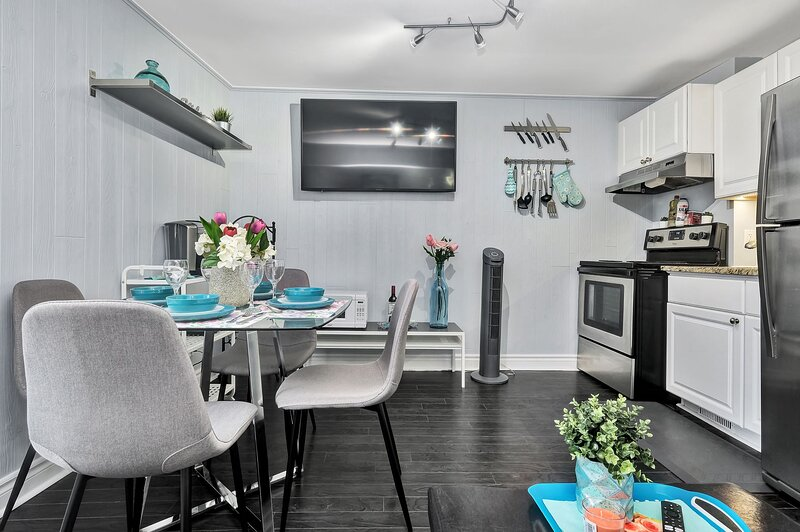 Newly Renovated - Modern 2BR with Rooftop Terrace!, location de vacances à Stittsville