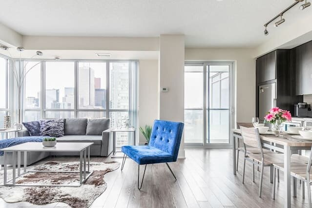 Stunning Downtown Views - Upscale High Rise with King Bed!, aluguéis de temporada em Toronto