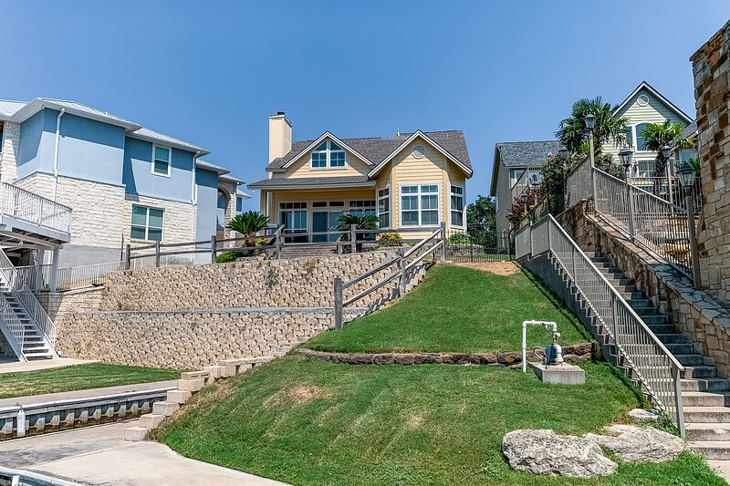Newly renovated home w/private beach/dock/patio/enclosed yard/hammock/free WiFi!, casa vacanza a Sunrise Beach