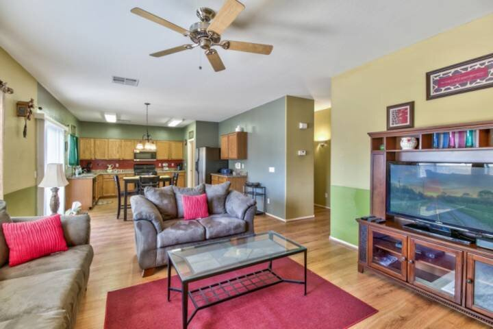 Perfect Getaway! Pet Friendly, Patio, 2 Community Pools, Playground, Sand Volley, vacation rental in San Tan Valley