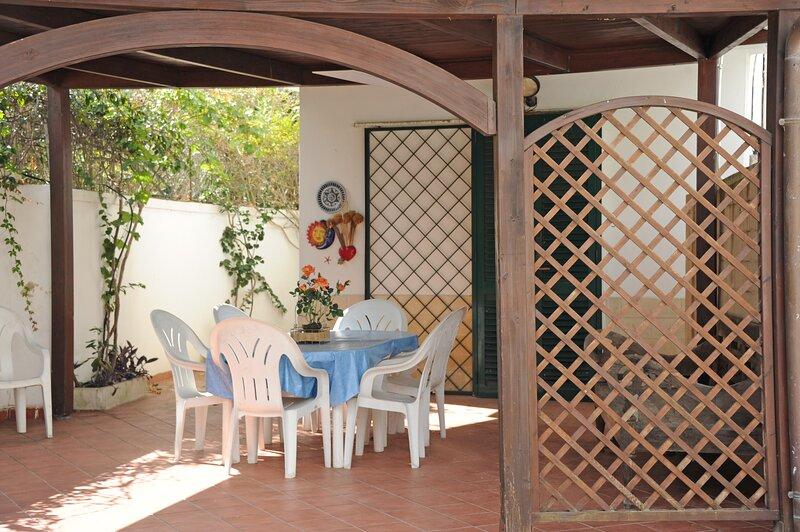 Nice house near the beach, Ferienwohnung in Baia Verde