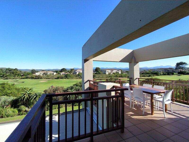 Mandy's Sunny Apartment with Large Balcony, Golfcourse & Views, location de vacances à The Crags