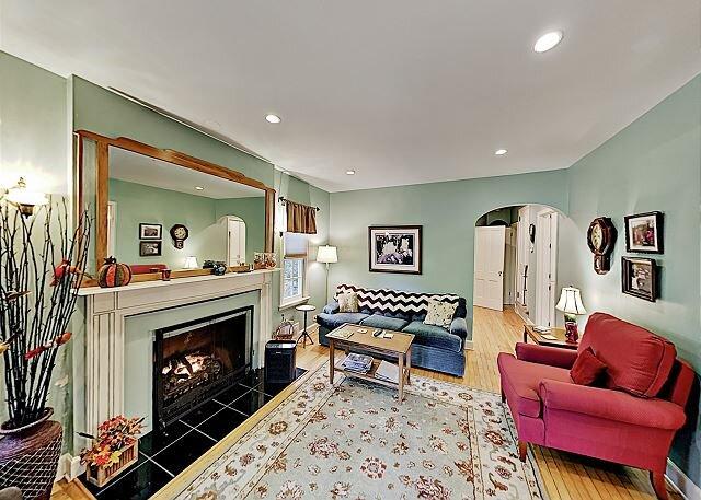Remodeled Home w/ Large Private Deck & Yard - Near Black  Mountain, location de vacances à Ridgecrest