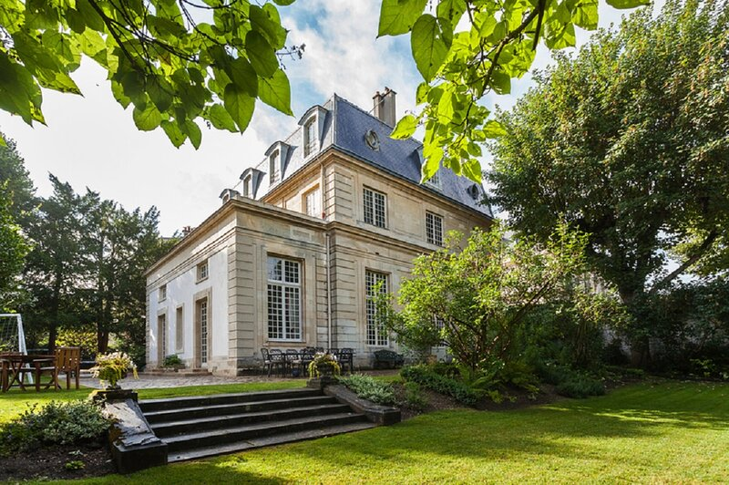 Dream of Castles-Luxury 17th century mansion in center of Saint-Germain en Laye, vacation rental in Chatou