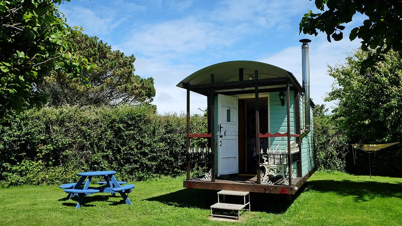 Cornish Cosy Shepherds Hut, holiday rental in Kuggar