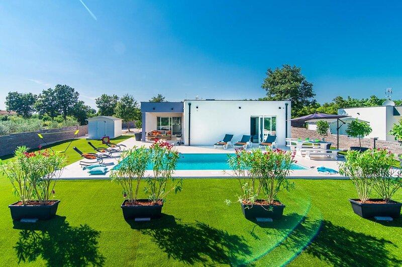 Modern 3 bedroom villa with pool \ Florentina, location de vacances à Stokovci
