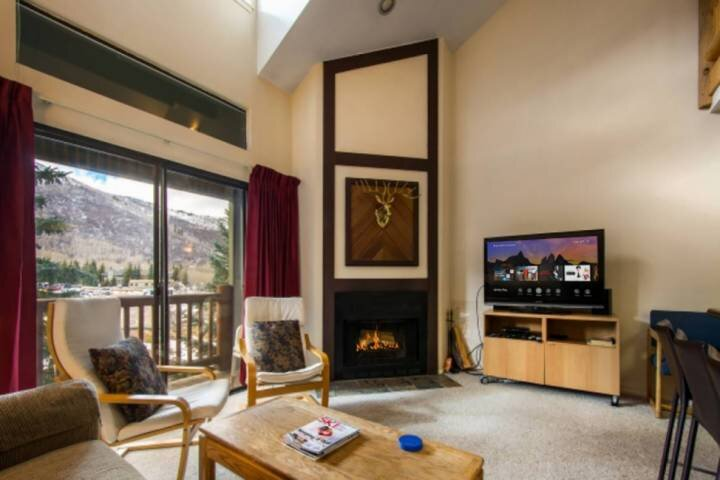 *FREE SKI RENTAL* No Car Needed– 5 Minute Walk to Skiing+ Shared Hot Tub,Real Wo, holiday rental in Park City