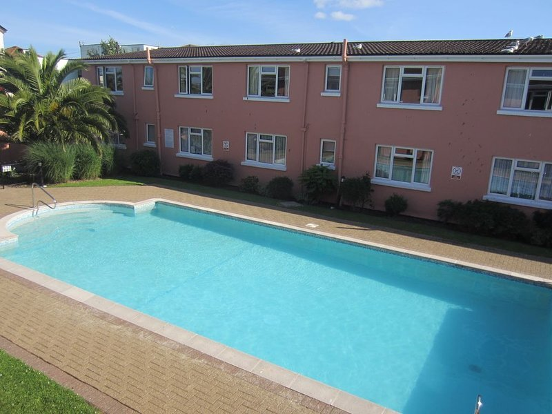 Holiday apartment with heated outdoor swimming pool and close to the beach, Ferienwohnung in Paignton