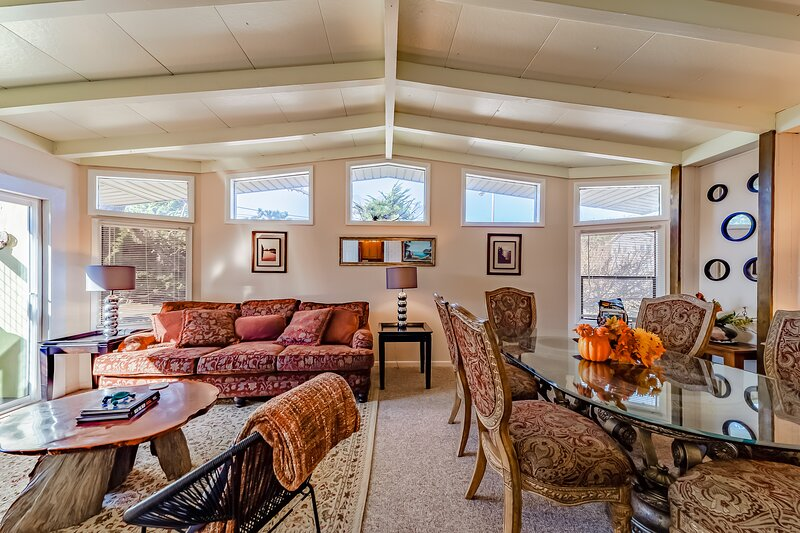 Spacious, dog-friendly home w/ ocean views - only 200 feet from the beach!, vacation rental in Klamath