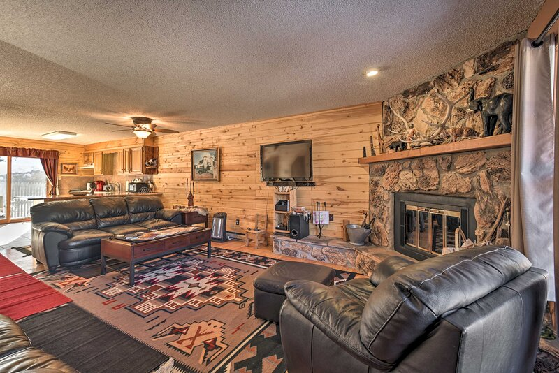 NEW! Red River Retreat in Town w/ Mtn Views + Yard, holiday rental in Red River