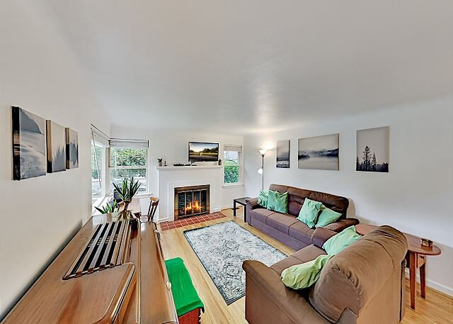 Cozy Wedgwood Home | Fireplace & Big Backyard | Walk to Eateries & Shops, holiday rental in Kirkland