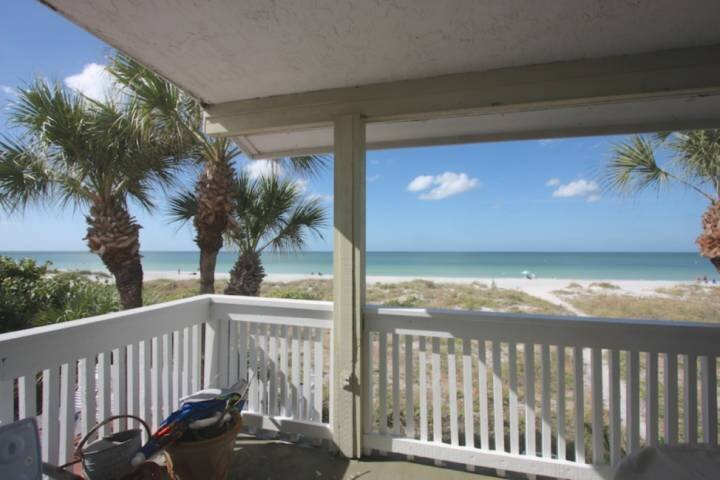 Vintage Beachfront Charmer, Huge Balcony, Walk to Crabby Bill's, W/D, Wi-Fi, Cab, vacation rental in Indian Rocks Beach