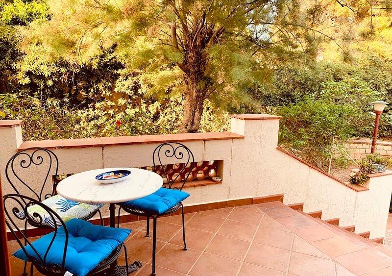The white Hibiscus - Villa con giardino a pochi passi dalla spiaggia, holiday rental in Trappeto