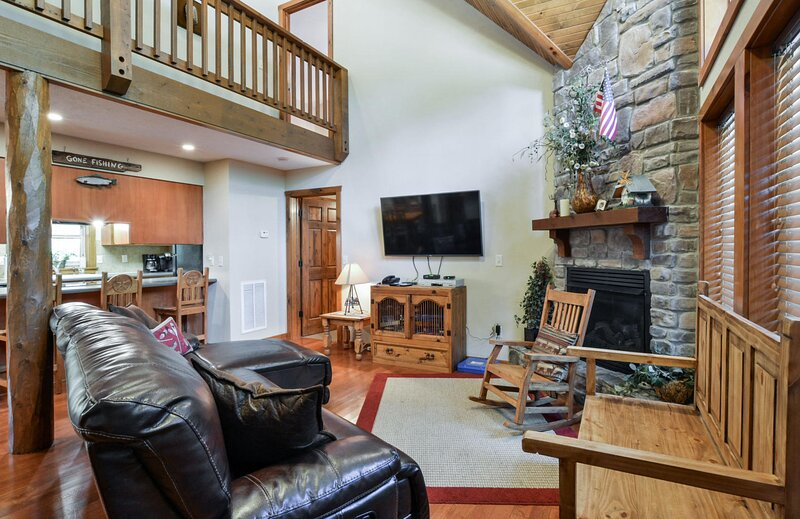 Possum Tracks: your gateway to Silver Dollar City, Table Rock Lake, and more..., vacation rental in Indian Point