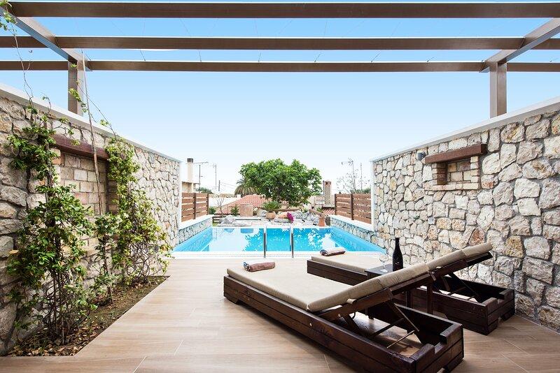 Suite with Private Pool, location de vacances à Perama