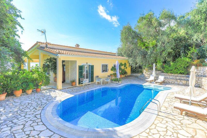 Villa Natasha:Superb views, private pool and gardens, alquiler de vacaciones en Katavolos