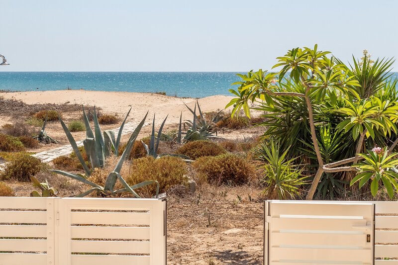 Amarillis, seafront apartment with direct access to the beach, holiday rental in Pellegrino