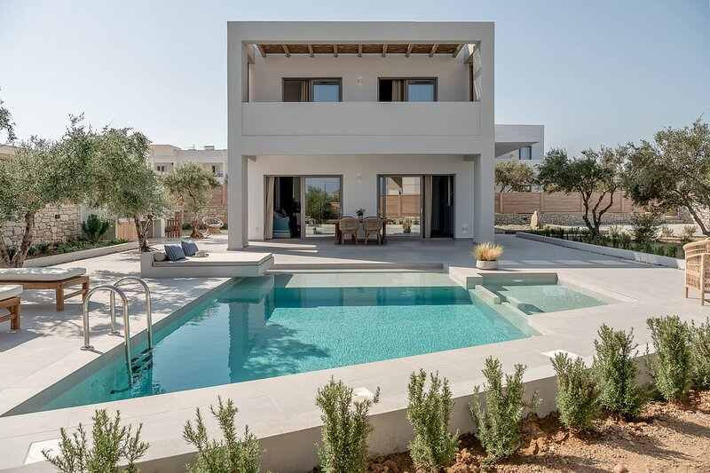 Lux big villas complex 21Sleeps★Walk Market&Taverna★500mt to the beach★8bedrooms, alquiler vacacional en Tavronitis