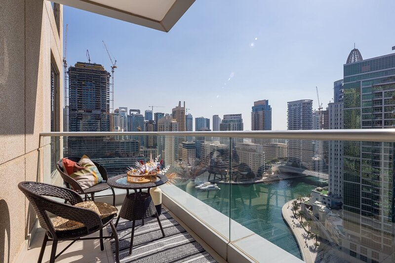 Luxurious Waterfront 2BR in Marina, alquiler de vacaciones en Jebel Ali