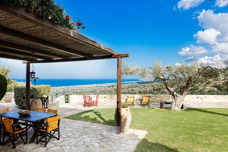 Villa Milli - Full privacy and only 4km away from the beach and the city!, holiday rental in Prasies