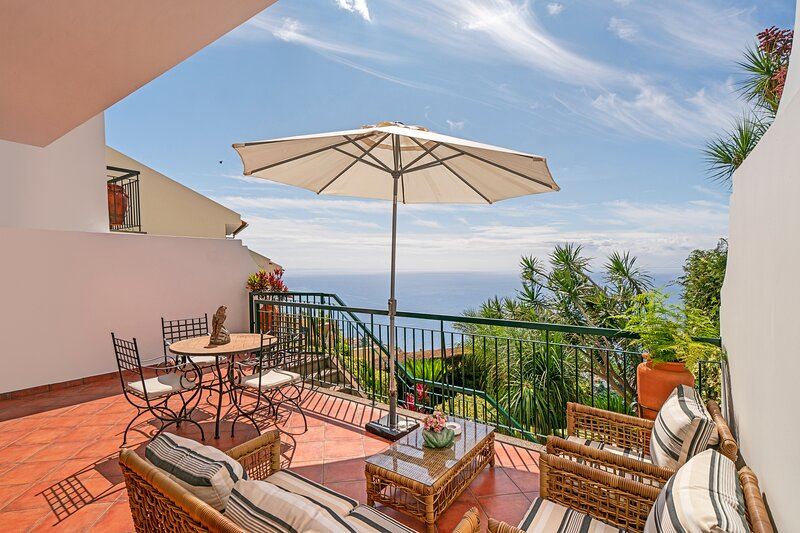 Beautiful house with panoramic views of countryside and sea | Moradia Falesia, holiday rental in Estreito de Camara de Lobos